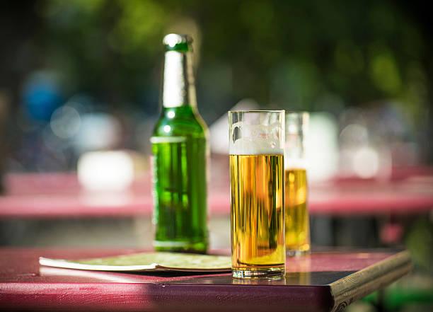 kölsch im biergarten - restaurant köln stock-fotos und bilder