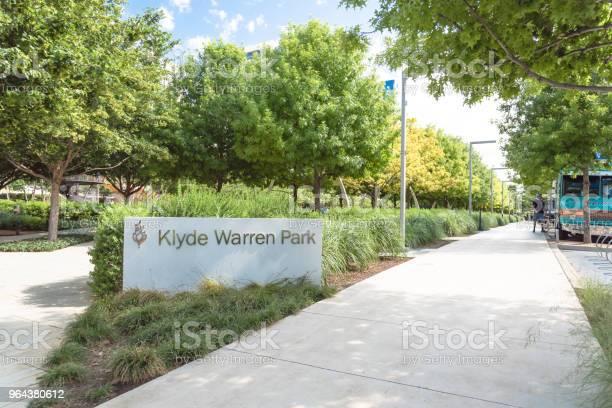 Foto de Parque De Warren Klyde Um Parque Público De 52 Hectares No Centro De Dallas Texas e mais fotos de stock de Andando