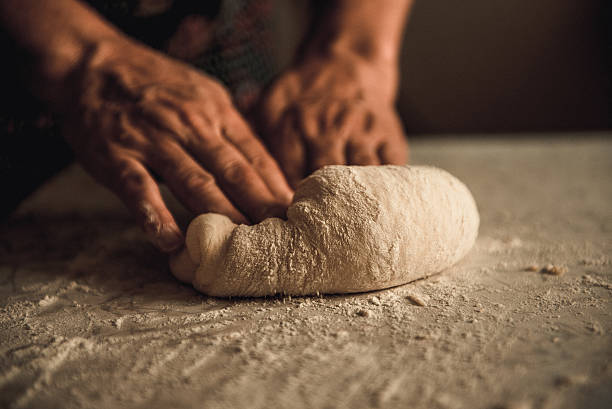 knead the dough by hand – Foto