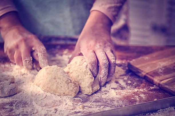 Teig kneten Teig mit Händen auf dem Tisch – Foto