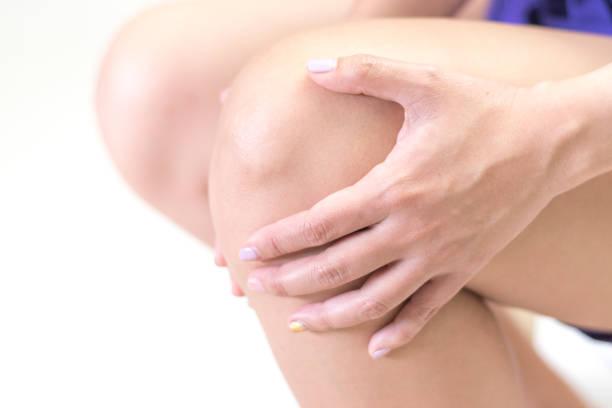 knä smärta sjukdom koncept. händerna på benet som sårad från artrit, gikt eller infektioner. - knäskål bildbanksfoton och bilder