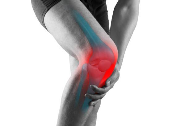 dor do joelho, homem com dor dos pés, conceito dos tratamentos da quiropraxia, isolado no fundo branco - articulação humana - fotografias e filmes do acervo