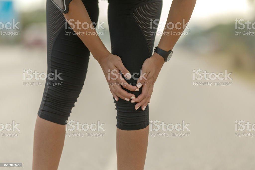 Femme tenant le genou douleur, douloureux et pénible jambe - Photo