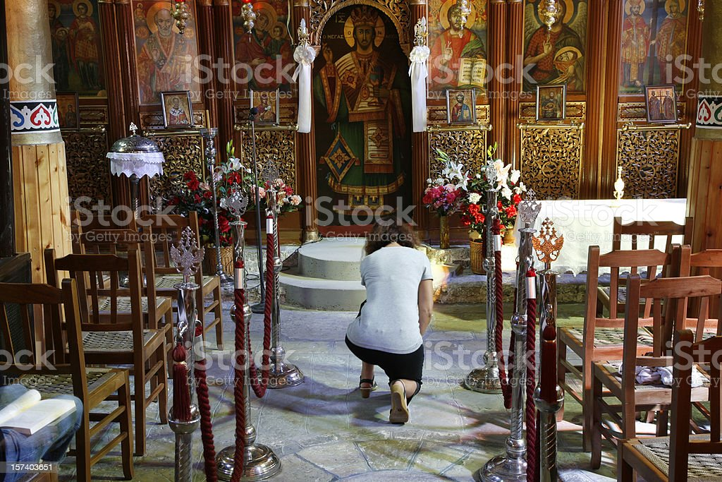 Ajoelhado em oração - foto de acervo