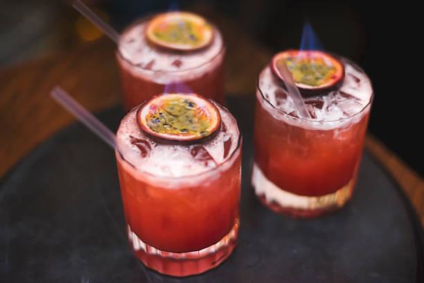 knickerbocker cocktail with slice of passion fruit in the flames - przybranie zdjęcia i obrazy z banku zdjęć