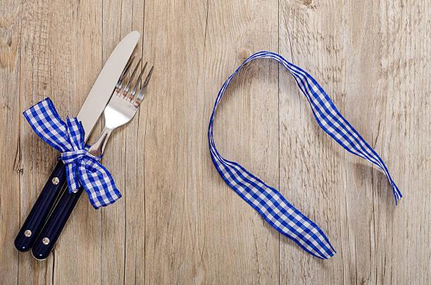 messer und gabel mit blau karierte schleife - chrome menü stock-fotos und bilder