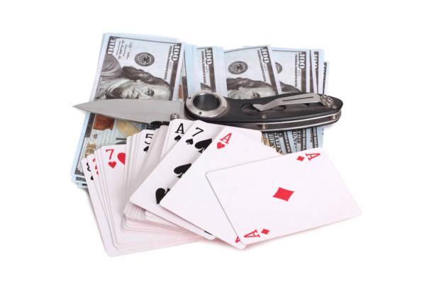 Knife and playing cards – zdjęcie