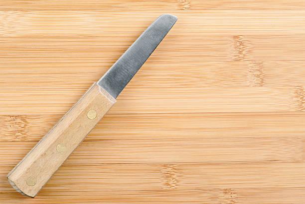 messer auf bambus schneidebrett - kochen mit oliver stock-fotos und bilder
