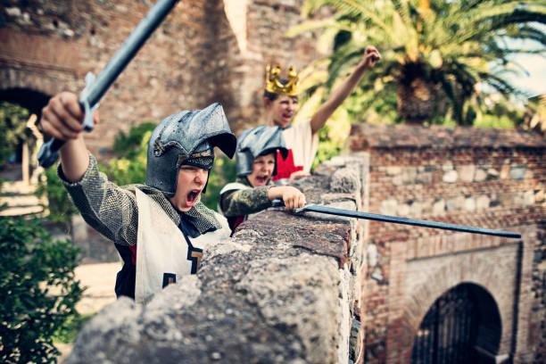 ritter die burg zu verteidigen - mittelalterliche ritter stock-fotos und bilder