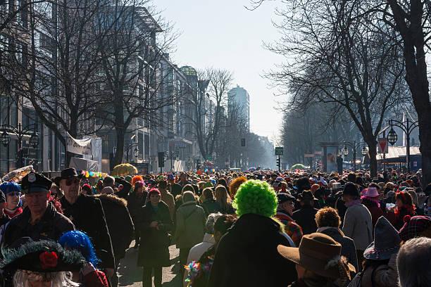 koenigsplatz während des karnevals in düsseldorf - karnevalskostüme köln stock-fotos und bilder