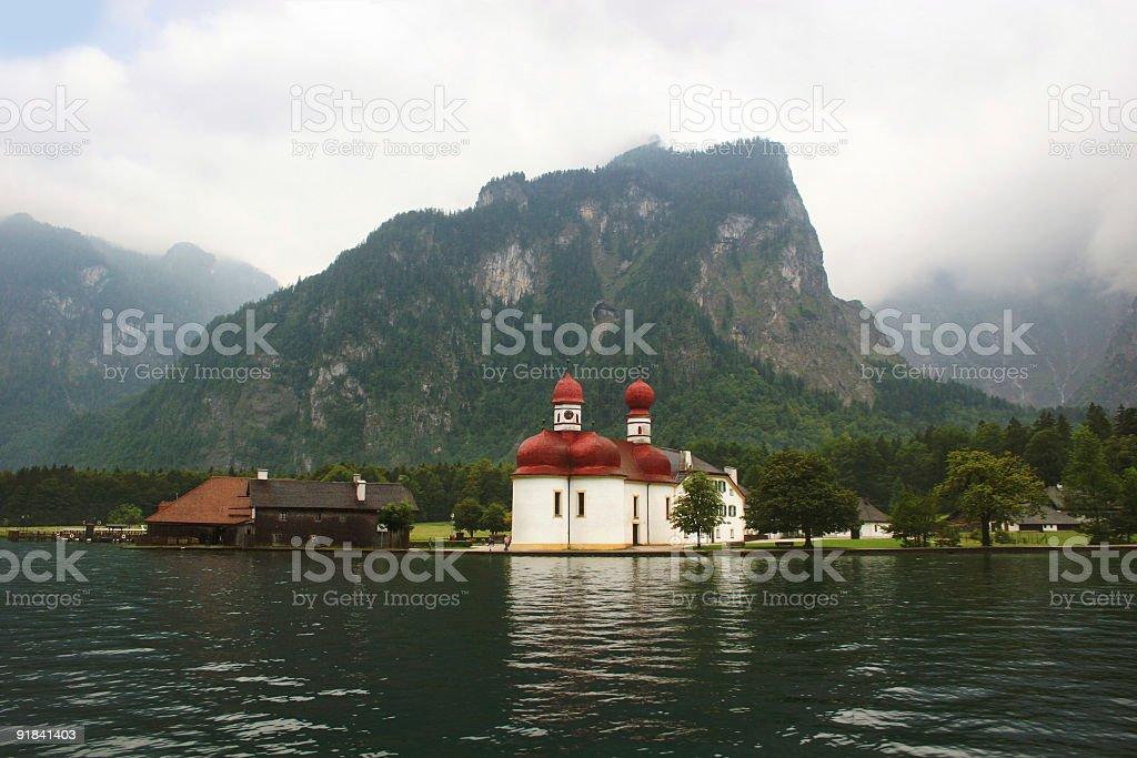 Königssee, St. Bartholomä und nebelverhangene Watzmann-Ostwand royalty-free stock photo