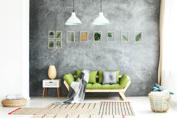 木製ソファの上ニット毛布 - ヨーロッパ文化 ストックフォトと画像