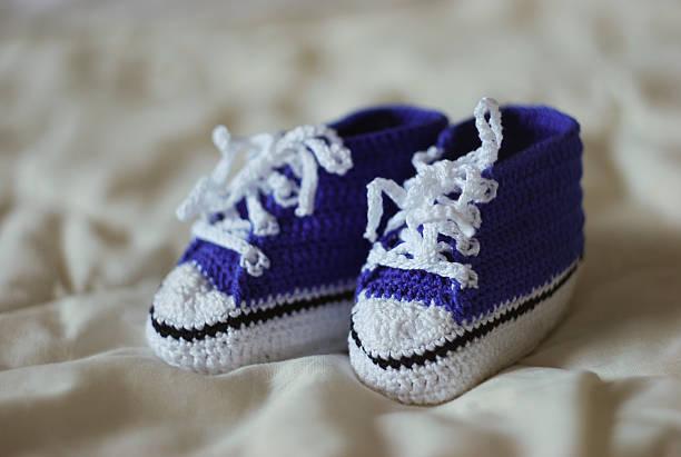 gestrickte blue gumshoes für kleine jungen - jungendecken häkeln stock-fotos und bilder