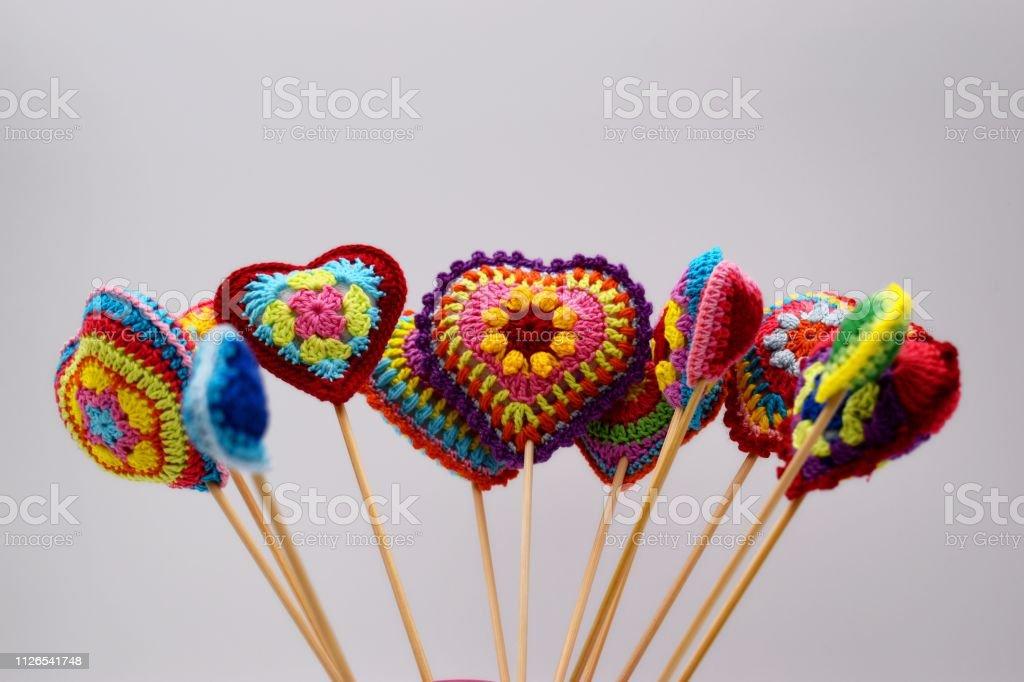 Corazones tejidos de hilo de varios color, hechos a mano. - foto de stock