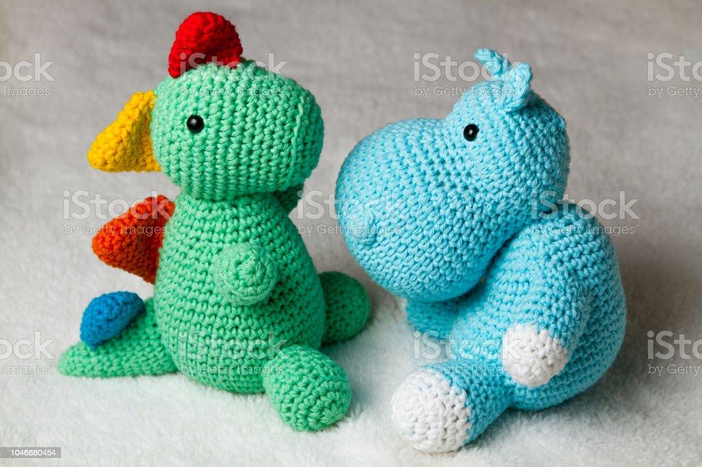 Muñeca punto del hipopótamo y el dinosaurio - amigurumi - foto de stock