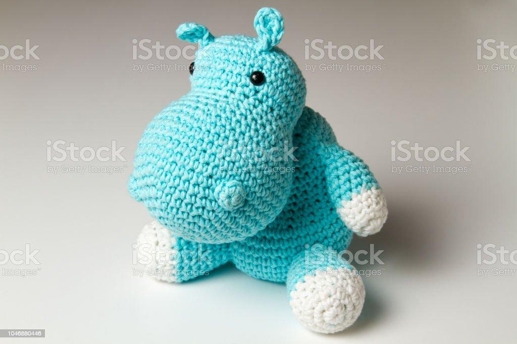 Muñeca punto hipopótamo - luz azul amigurumi - foto de stock