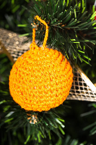 knitted toy on christmas tree - kranz häkeln stock-fotos und bilder