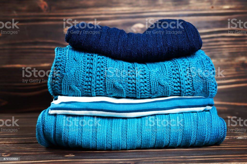 Gestrickter Wolle Pullover. Haufen von gestrickten Winter, Herbst Kleidung auf hölzernen Hintergrund, Pullover, Strickwaren. – Foto