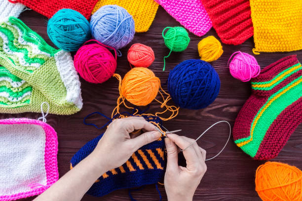 knitting ball of yarn and knitting needles - foto stock