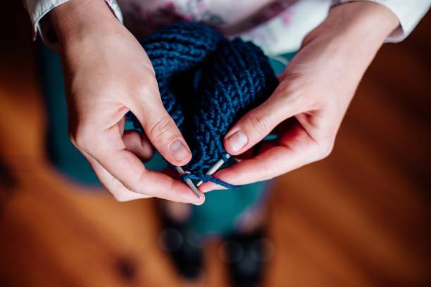 knitting by women's hands - lavorare a maglia foto e immagini stock