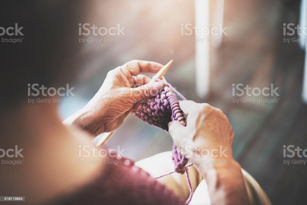 Agulha de Tricô de malha com fio bordados Artesanato echarpe conceito - foto de acervo