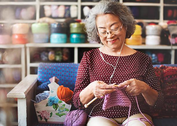 cucito in filo con ago ricamo sciarpa concetto di creatività - lavorare a maglia foto e immagini stock