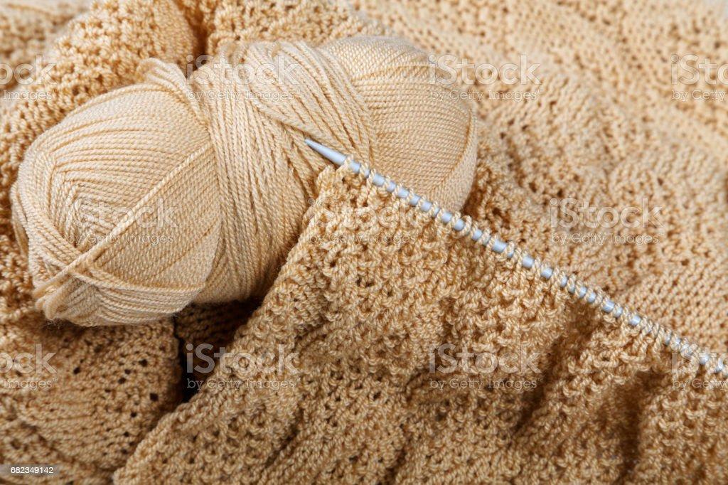 Knitting spokes with ball of wool on table zbiór zdjęć royalty-free