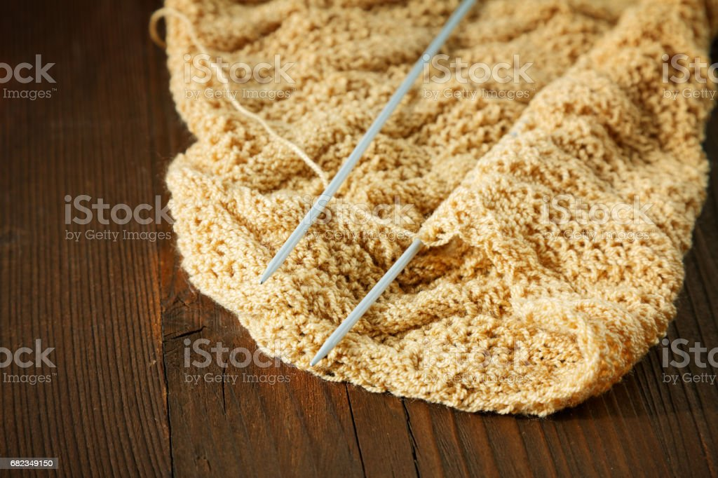 Knitting spokes with ball of wool on table foto stock royalty-free