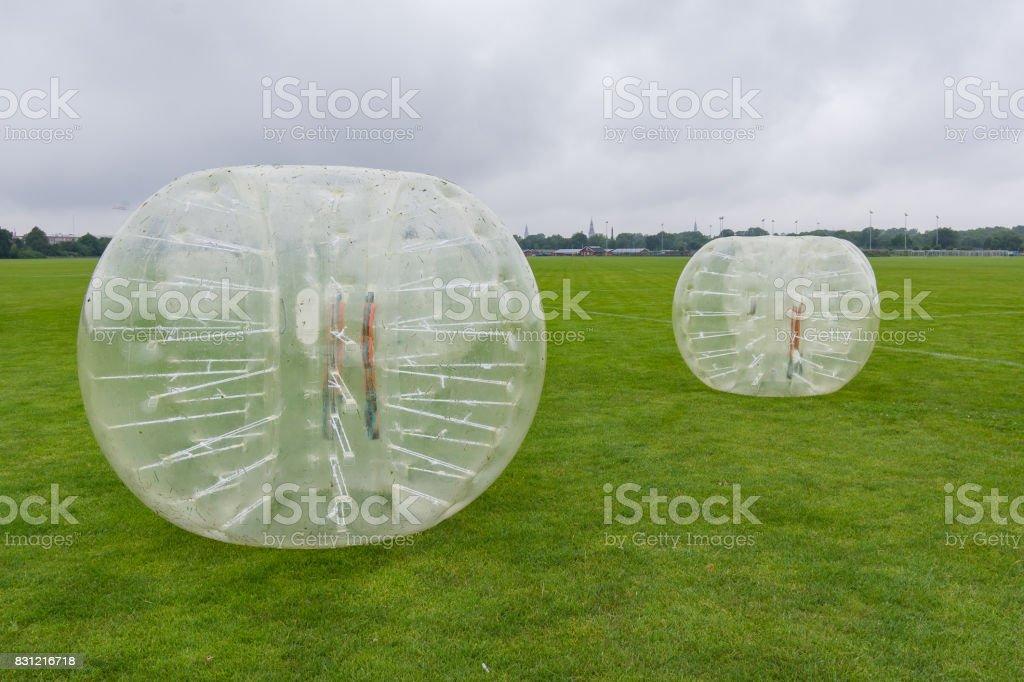 bolas de aldrava em um gramado, pronto para um jogo de futebol - foto de acervo