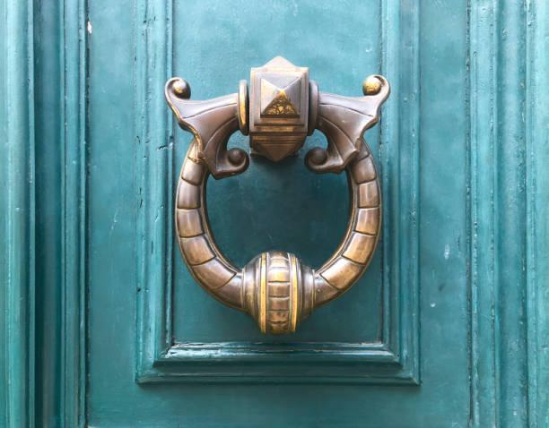 문을 두 들기는 사람 - 노커 뉴스 사진 이미지