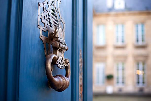 schläger auf einer tür - französische häuser stock-fotos und bilder