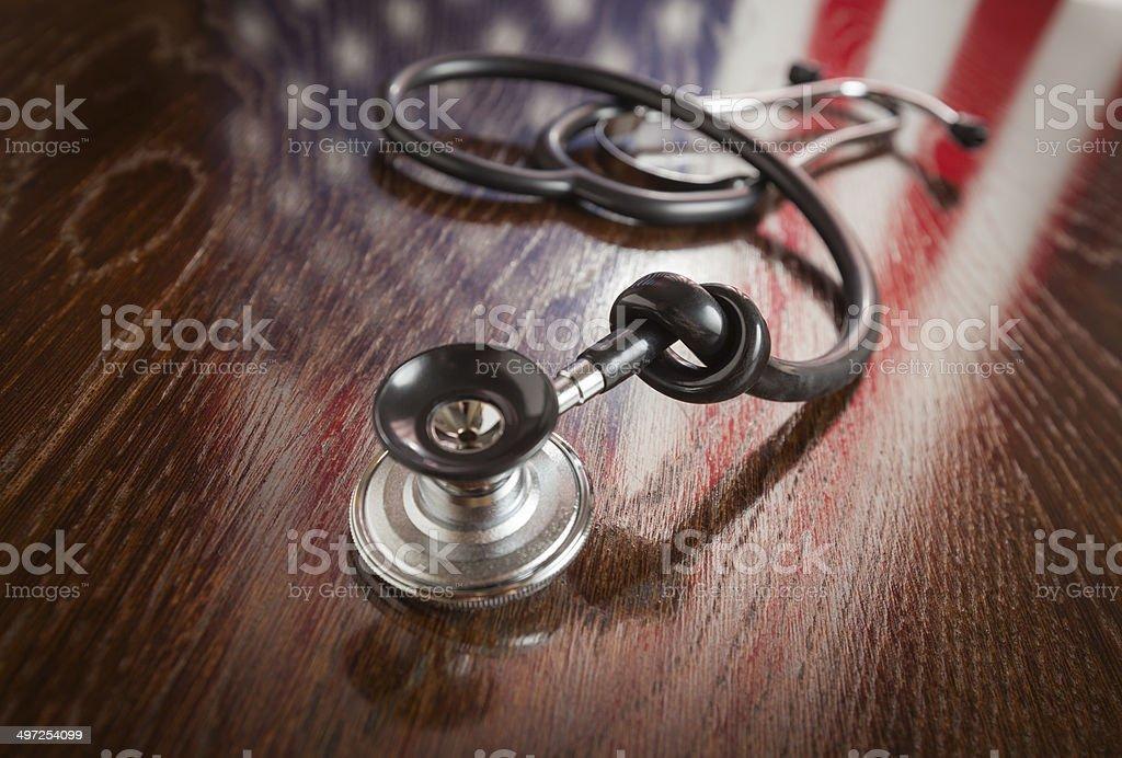 Estetoscópio com nó com bandeira americana reflexão sobre a mesa - foto de acervo