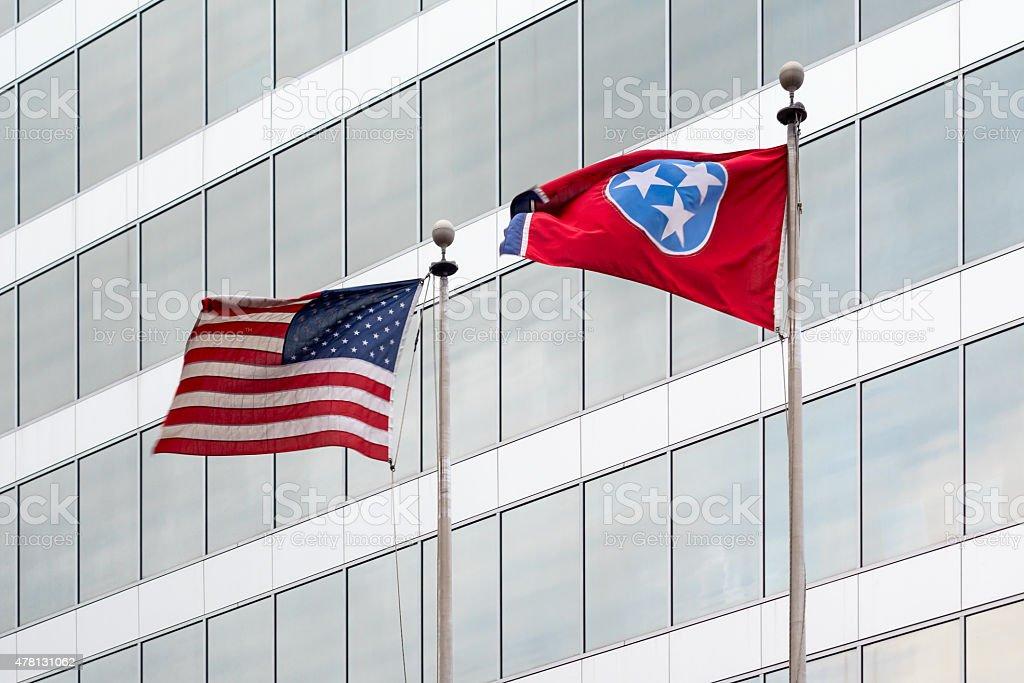 Knoxville Office Building com a bandeira do EUA e Tennessee - foto de acervo