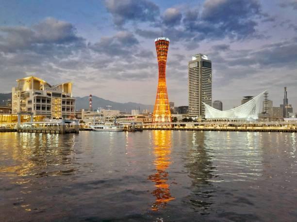 Kobe Port Tower und Kawasaki-Welt bei Nacht – Foto
