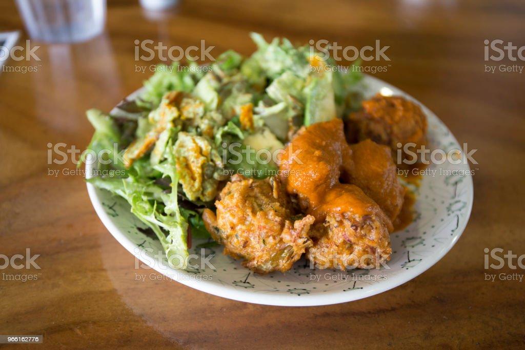palline kofta con insalate - Foto stock royalty-free di Alimentazione sana