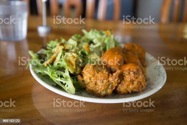 Kofta Balls With Salads — стоковые фотографии и другие картинки Авокадо