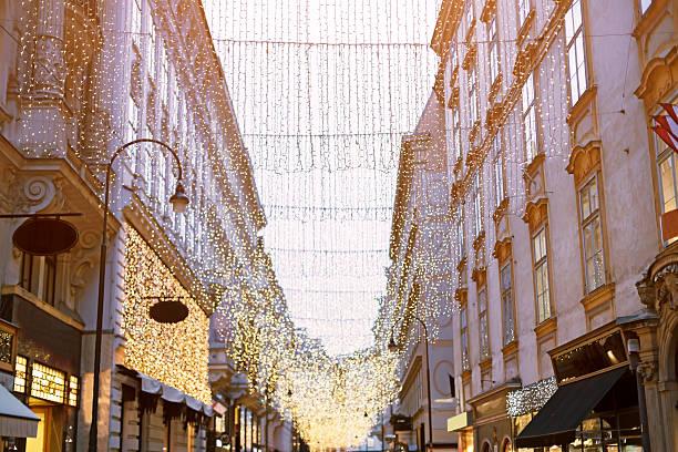 kohlmarkt the main shopping street in vienna at christmas - lichtschlauch stock-fotos und bilder