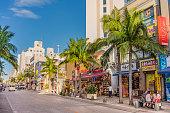 沖縄の那覇市で観光客に大人気の国際通りを意味する国際通り