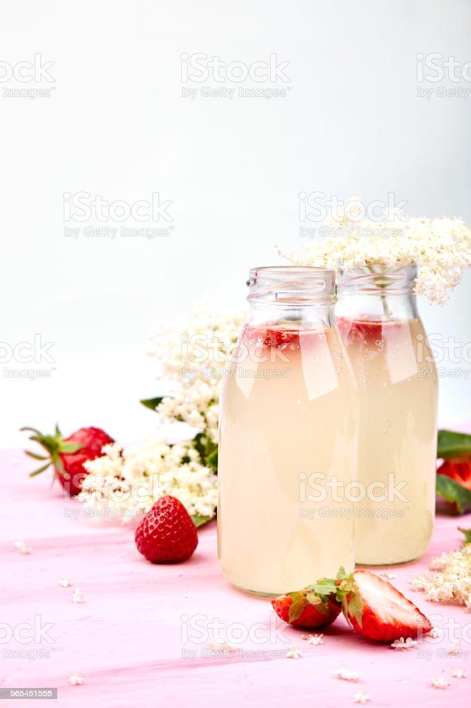 Kombucha tea with elderflower and strawberry zbiór zdjęć royalty-free