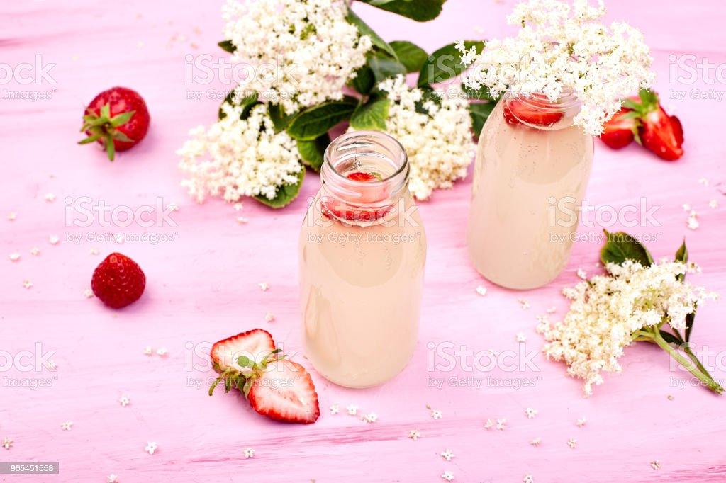 Kombucha 차 elderflower와 딸기 - 로열티 프리 건강한 생활방식 스톡 사진