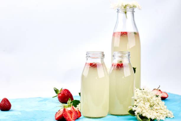 té de kombucha con sauco y fresa - kéfir fotografías e imágenes de stock