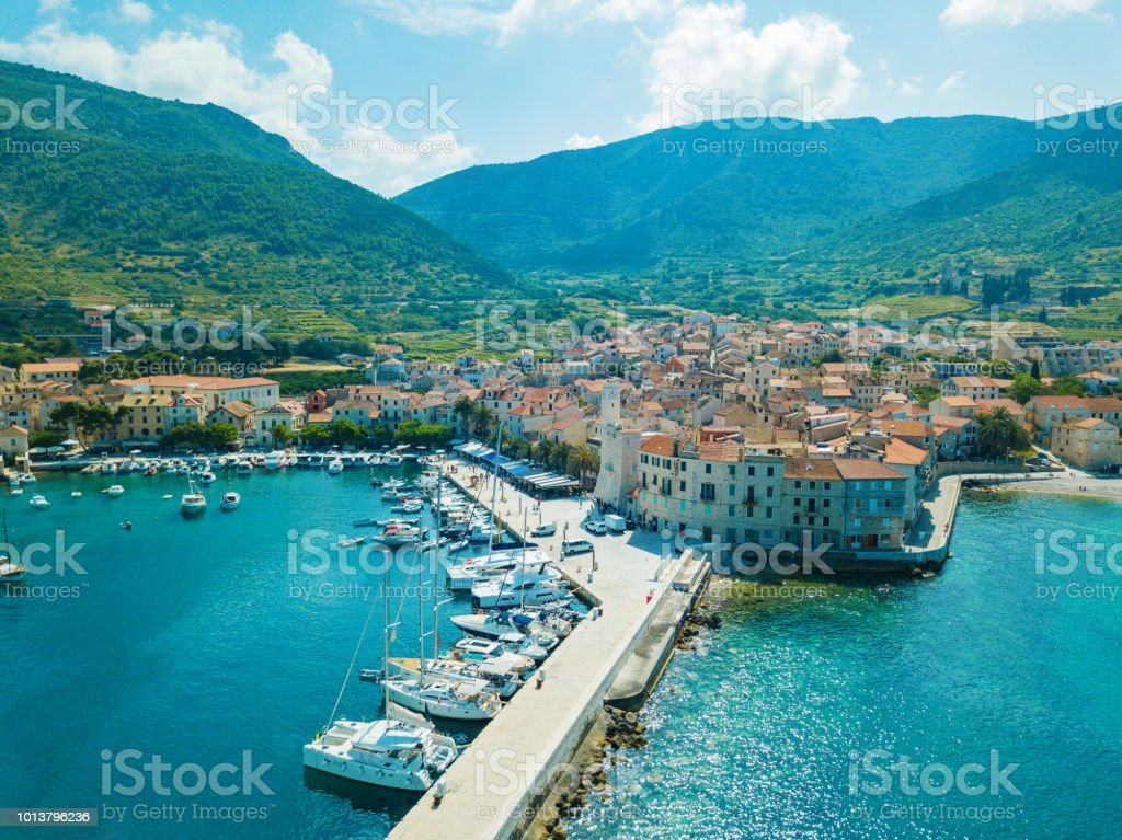 Komiza Stadt auf der Insel Vis, Dalmatien, Kroatien – Foto