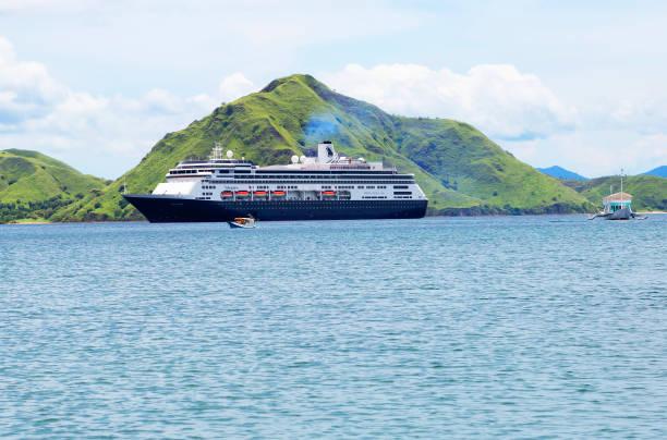 Komodo-Insel Indonesien, Kreuzfahrtschiff Volendam nahe der Insel. – Foto