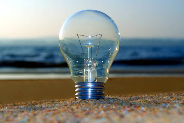 Koncept, fast och strandad idé. Innovation, forskning, avhandling, resultat Glödlampan (idén) står fast, finns även glödlampa som ligger strandad i mitt galleri med flera. forskning stock pictures, royalty-free photos & images