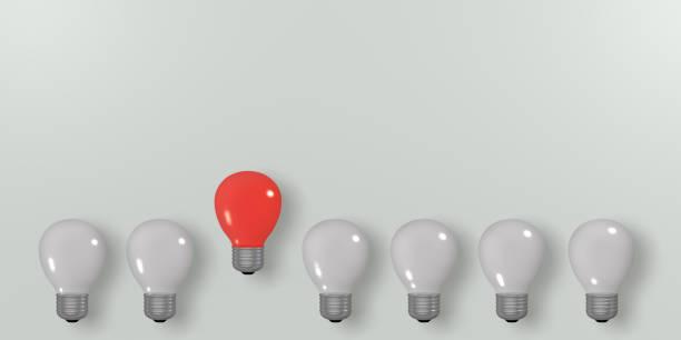 Konzept: Innovation, Leuchtende Rote Glühbirne Unter Dunklen. – Foto