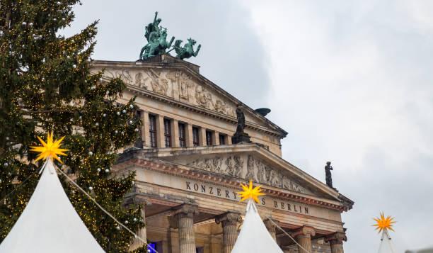 konzerthaus berlin am gendarmenmarkt square, berlin, deutschland - weihnachtsmarkt am gendarmenmarkt stock-fotos und bilder