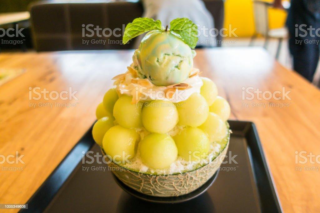 한국 디저트 아이스크림 채찍 크림과 테이블 식품에 야채 박하 Bingsu 멜론 스톡 사진