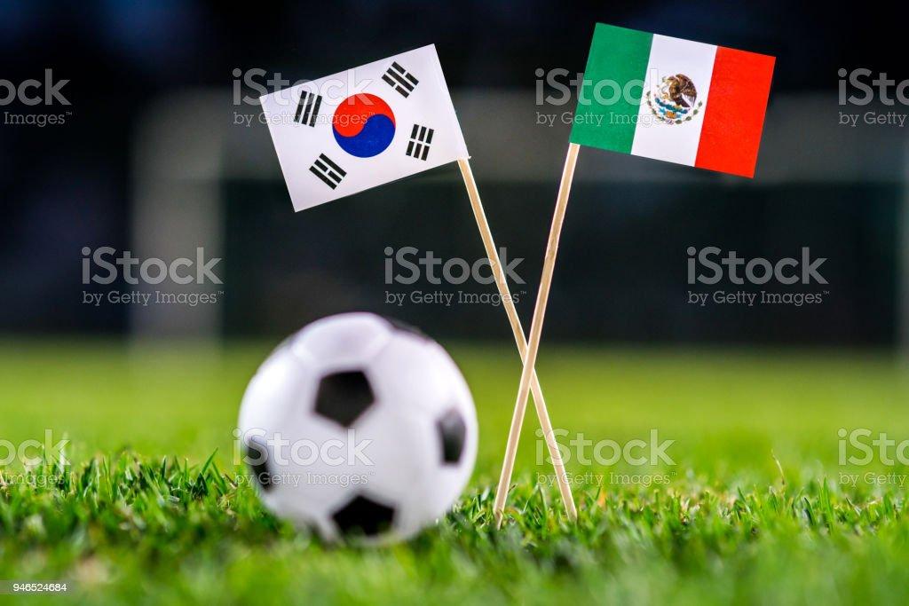 República de Corea, Corea del sur - México, Grupo F, el sábado, 23. Junio, fútbol, mundial, Rusia 2018, banderas nacionales sobre la verde hierba, blanco pelota de futbol en la tierra. - foto de stock