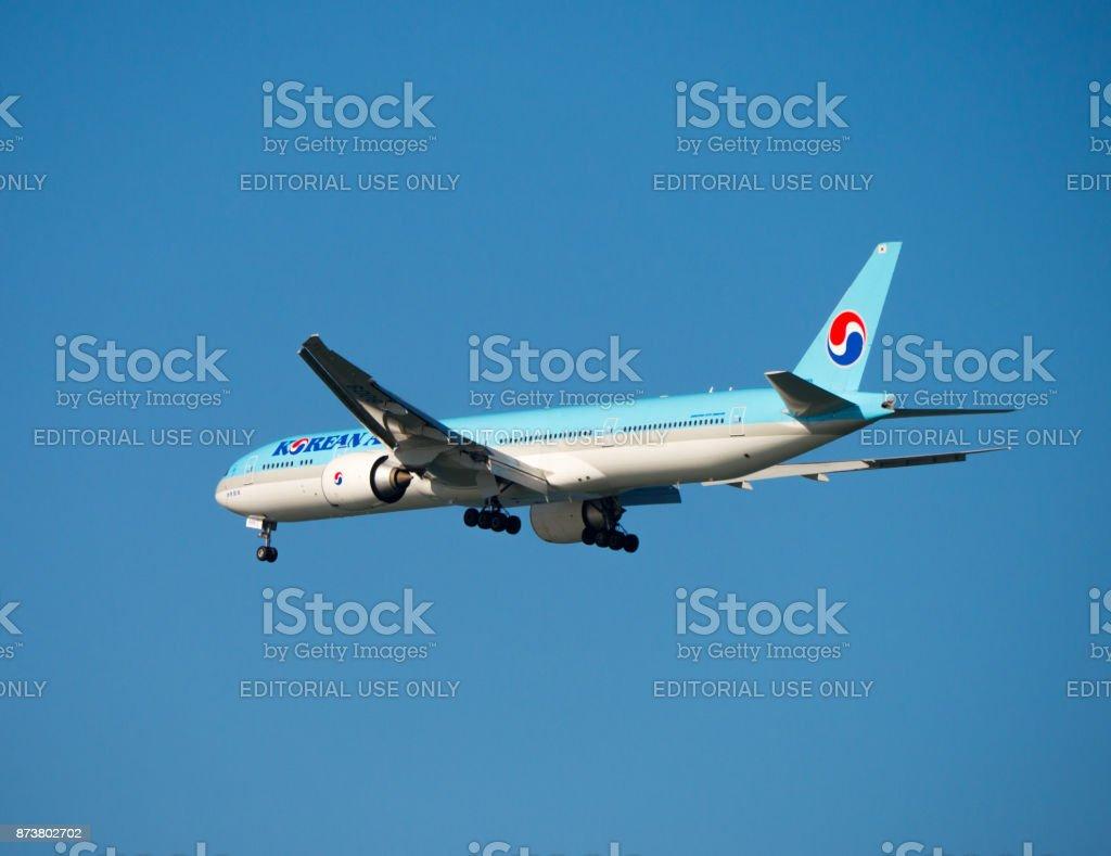 Korean Air Boeing 777-3B5(ER) is about to landing in San Francisco International Airport - foto stock