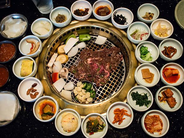 韓国バーベキューにフルサイドのお料理 - 韓国文化 ストックフォトと画像